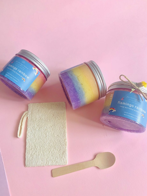 Scrub απολέπισης προσώπο με φυτικό βούτυρο καριτέ, ζάχαρη και άρωμα πορτοκάλι. Flamingo Rainbow Butter Face Scrub – Harmony Muse