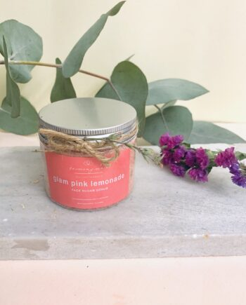 Scrub με ζάχαρη – λεμόνι – λεβάντα, κατάλληλο για πρόσωπο, λαιμό και σώμα, με 0% συντηρητικά. Glam Pink Lemonade Face Scrub – Harmony Muse