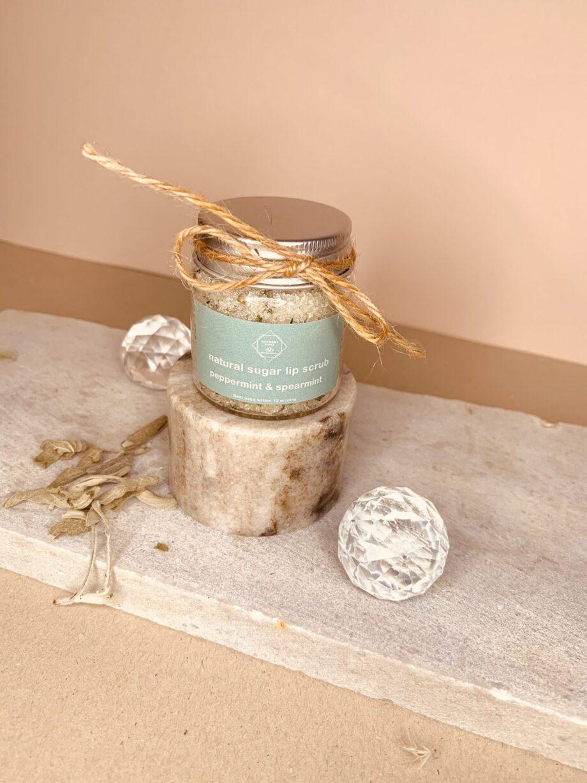 Προϊόν απολέπισης και ενυδάτωσης χειλιών με άρωμα μέντα. Natural Lip Scrub Mint – Harmony Muse