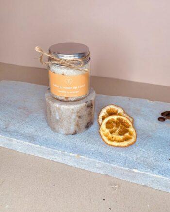 Προϊόν απολέπισης και ενυδάτωσης χειλιών με βανίλια και πορτοκάλι. Natural Lip Scrub Vanilla & Orange – Harmony Muse.