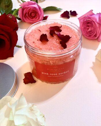 Φυτικό scrub σώματος με κρυσταλλική ζάχαρη, βιολογική λεβάντα, έλαιο Αργκάν και εκχύλισμα τριαντάφυλλο. Pink Rose Sorbet – Harmony Muse