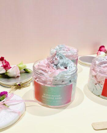 Σαπούνι καθαρισμού και απολέπισης, προσώπου-σώματος σε ημιστέρεα, κρεμώδη υφή. Με άρωμα καρπούζι. Watermelon Whipped Soap – Harmony Muse