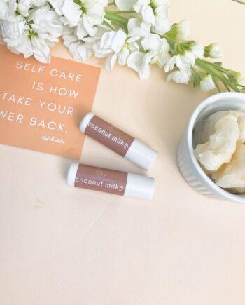 Βούτυρο για τα χείλη σε στικ με πλούσια υφή που τα διατηρεί ενυδατωμένα και προστατευμένα για πολύ ώρα , χαρίζοντας λάμψη και απαλότητα. Με λαχταριστή γεύση βανίλια – καρύδα. Lip Roller Coconut Milk – Harmony Muse