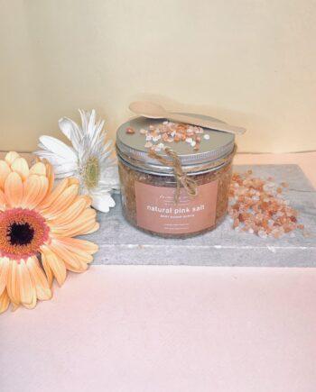 Φυτικό scrub σώματος με ροζ αλάτι Ιμαλάιων, καστανή ζάχαρη και άρωμα αμυγδάλου – πορτοκαλιού. Natural Pink Salt Body Scrub – Harmony Muse