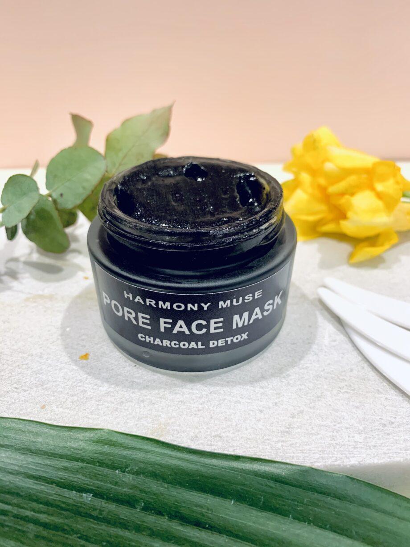 Μάσκα προσώπου με ενεργό άνθρακα. Εμπλουτισμένη με έλαια – αντιγηραντική, συσφικτική που αναπλάθει τους ιστούς της επιδερμίδας, προσφέρει ενυδάτωση στην ξηρή και ευαίσθητη επιδερμίδα. Face Mask Charcoal – Harmony Muse