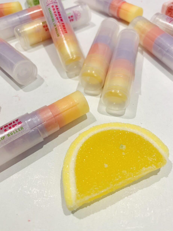 Θρεπτικό και πολύ γευστικό lip roller, για χείλη χωρίς σκασίματα. Rainbow Fruit Dreamy Lips – Harmony Muse