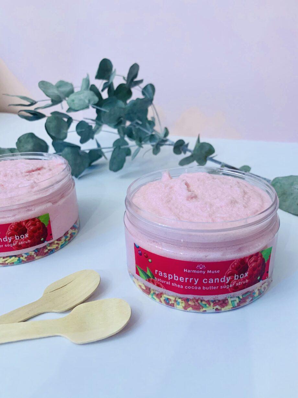 Απολέπιση σώματος με φυτικό βούτυρο καριτέ, ζάχαρη και άρωμα βατόμουρο. Raspberry Candy Box Butter Scrub – Harmony Muse