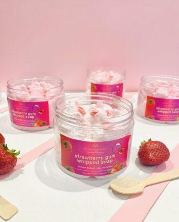 Σαπούνι καθαρισμού και απολέπισης, προσώπου-σώματος σε ημιστέρεα, κρεμώδη υφή. Με άρωμα φράουλας και τσιχλόφουσκας. Strawberry Gum Whipped Soap – Harmony Muse